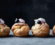 Andrea Søllested, som blev landskendt for sit bagetalent i Den store bagedyst 2017, har selv udviklet opskriften på disse vandbakkelser med et sprødt låg af mandel-mørdej og en blød midte med fyldig blåbærcreme. Fastelavnsboller med blåbærskum (15-20 stk.) Walesbolle: 130 g smør 240 g vand 140 g hvedemel 3 ½ æg Mandelmørdej: 70 g mel Vand, Muffin, Breakfast, Mocha, Morning Coffee, Muffins, Cupcakes