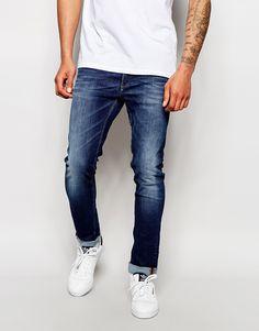 """Jeans von Jack & Jones Baumwoll-Denim dunkle Waschung normale Bundhöhe verdeckter Hosenschlitz enge Passform Maschinenwäsche 74% Baumwolle, 24% Polyester, 2% Elastan Unser Model trägt Größe 81 cm/32"""" und ist 188 cm/6 Fuß 2 Zoll groß"""