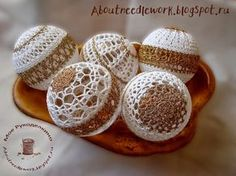 Christmas Tree Decorations To Make, Crochet Christmas Ornaments, Christmas Knitting, Ball Ornaments, Crochet Snowflake Pattern, Crochet Snowflakes, Crochet Motif, Christmas Globes, Christmas Balls