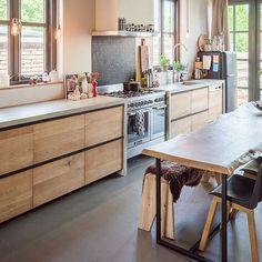 Een op maat gemaakte eiken houten keuken met betonnen blad in het huis van eigenaresse Dilana. Kitchen wood concrete
