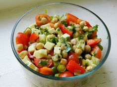 Chickpea, Tomato and Mozzarella Salad 1 can of chickpeas, drained and rinsed A handful of cherry tomatoes A handful of mini mozzarella balls* 1 small red bell pepper 2 green onions A buncha cilantro Olive oil Salt and pepper Healthy Salads, Healthy Eating, Keeping Healthy, Clean Eating Recipes, Cooking Recipes, Light Summer Meals, Mozzarella Salad, Cold Lunches, Yummy Eats