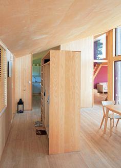 ROMDELER: Garderobeskapet skiller gangen fra spisestuen. Fin måte å dele opp et åpent rom på. Klærne synes ikke fra oppholdsrommene.