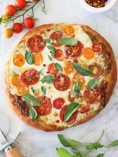 Low FODMAP Recipe and Gluten Free Recipe - Tomato, pesto and mozzarella pizza Pesto Pizza, Tomato Pesto, Pizza Pizza, Fresh Mozzarella, Perfect Pizza, Love Pizza, Pizza Recipes, Vegetarian Recipes, Vegetarian