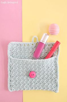 A small crocheted purse for make-up made with Lemon peel stitch. Crochet tutorial by @CraftsUnleashed