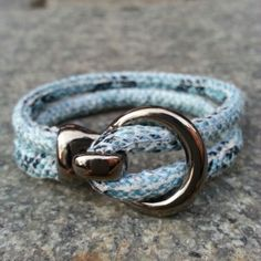 Armband i turkosa nyanser.