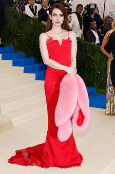 Emma Roberts in a bright red DvF gown with pink fur stole Red Fashion, Red Carpet Fashion, Fashion Trends, Emma Roberts, Vanity Fair, Red Fur, Fur Stole, Glamour, Diane Von Furstenberg