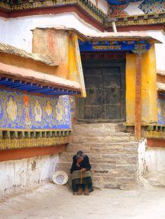 "myworldview-photography: "" Old lady praying - Gyantse - Tibet "" Dalai Lama, Le Tibet, Ladakh India, Tibetan Buddhism, Buddhist Art, Ancient China, Vietnam, Burning Candle, Beautiful Places To Visit"