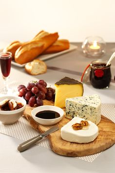 Tips for a special cheese board: Marinade some goat's cheese in walnut honey Fill the dates with Roquefort cream cheese Have something sweet to serve with the cheese such as a jam or a fig spread Finger Food Appetizers, Finger Foods, Appetizer Recipes, Dessert Recipes, Desserts, Fig Spread, Food Stands, Cheese Party, Savory Snacks