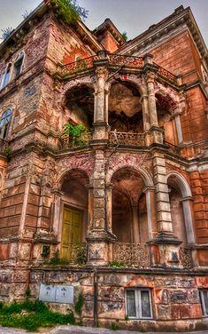 Edificio abandonado en la ciudad balneario de Baile Herculane, Rumanía. La ciudad tiene una larga historia de presencia humana. Numerosos descubrimientos arqueológicos muestran que la zona ha sido habitada desde el Paleolítico la época