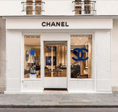 Chanel prend ses quartiers dans le Marais. La maison au double C a ouvert sa première boutique beauté permanente rue des Francs-Bourgeois. Visite guidée.