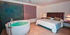 Habitación con jacuzzi en la habitación en Alcalá del Júcar