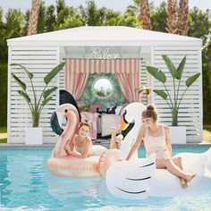 """Sunnylife Pool Float, Rose Gold Flamingo at Pottery Barn Teen """"Atme diese Freiheit"""" fordert Marta Flamingo Pool, Flamingo Party, Flamingo Float, Piscina Hotel, Pool Party Decorations, Floating Pool Decorations, St Moritz, Bachelorette Party Themes, Summer Pool"""