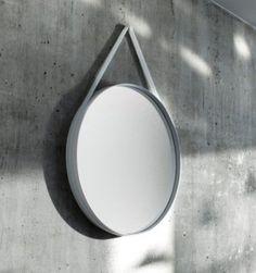 De Strap Mirror van HAY is een design spiegel die niet alleen mooi staat in je badkamer of slaapkamer, maar ook een prachtig plekje kan krijgen in je hal of wookamer. De strap geeft deze spiegel een mooie retro-look.