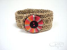 Pulsera de ganchillo, con botón pintado a mano por CalpeArts. http://calpearts.blogspot.com.es/p/botones.html