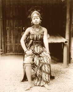 Javanese dancer, Paris Expo, 1889 Indonesian Women, Indonesian Art, Dutch East Indies, Javanese, Filipina, Borneo, Costume, Vintage Pictures, Vintage Photographs