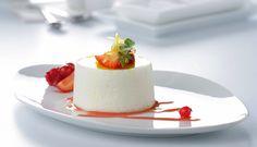 Pastelitos de yogur con coulis de fresa