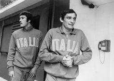 Riva con il portiere Enrico Albertosi durante un ritiro della Nazionale