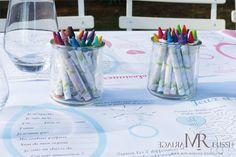 Table enfants pour mariage bohème. set de table tons pastels et crayons de couleurs
