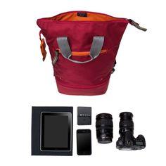 Der Doozie Photo Backpack ist so vielseitig, dass er jeden Wettbewerb in dieser Kategorie gewinnen würde. Zunächst einmal kann man ihn als Rucksack oder als Tragetasche benutzen. Außerdem gibt es einen separaten unteren Teil, der einen Kameraeinsatz beherbergt, der mit seinem hellen Innenfutter und seiner Polsterung der Spiegelreflexkamera (+ Objektive und Zubehör) ein behagliches Zuhause bietet. Die anderen Sachen können im oberen Teil der Tasche, in dem auch ein gepolstertes iPad-Fach…