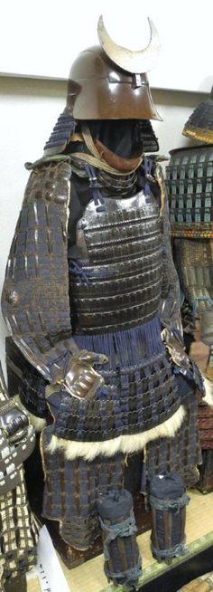 Edo period Ecchu (Etchu) zunari kabuto, hon iyozane gusoku, Black lacquered leather covered iron, hon iyozane maru dou. This armor was used by Higo Kumamoto Han Hosokawa Family.