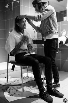 Awww Vic's giving his little brother a haircut <3 Mike looks like he's in pain...