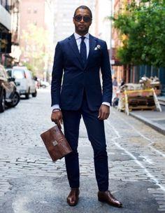 Den Look kaufen: https://lookastic.de/herrenmode/wie-kombinieren/anzug-businesshemd-oxford-schuhe-aktentasche-krawatte-einstecktuch/3148 — Weißes Businesshemd mit Vichy-Muster — Hellbeige Seide Einstecktuch — Dunkelblaue Krawatte mit Schottenmuster — Dunkelblauer Anzug — Dunkelbraune Leder Aktentasche — Dunkelbraune Leder Oxford Schuhe