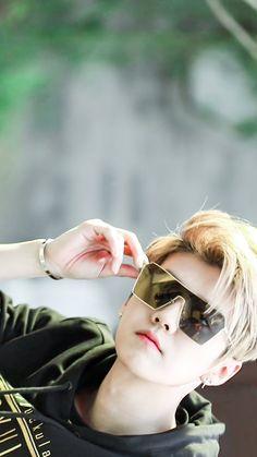 He is so handsome Omg I love, Now I know why Sehun love Luhan Baekhyun Chanyeol, Tao Exo, Park Chanyeol, Kris Wu, Musica Popular, Kim Minseok, Kim Junmyeon, Stylish Boys, Kpop