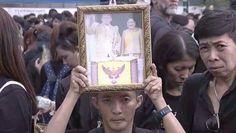 """การรวมพลังร้องเพลง """"สรรเสริญพระบารมี"""" โดยปวงพสกนิกรชาวไทยเพื่อน้อมสำนึกในพระมหากรุณาธิคุณตราบนิจนิรันดร์ แด่พระบาทสมเด็จพระปรมินทรมหาภูมิพลอดุลยเดช ณ บริเวณท้องสนามหลวง วันเสาร์ที่ 22 ตุลาคม 2559  ที่มาของภาพ : sharing on FB_by page : Sanook News"""