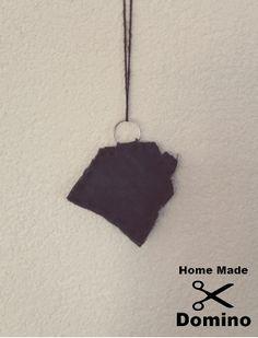 Benodigdheden voor spijkerstof sleutelhanger :  - Een oude spijkerbroek  - Een meetlint  - Wol - Een stofschaar  - Vulling