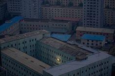 Miljoenenstad Pyongyang in een foto van Damir Sagolj daarmee prijswinnend bij de World Press Photo 2012. Wetende dat daar ondertussen niet veel veranderd is en in de hoop dat er op de korte termijn niet al rigoreuze veranderingen zullen zijn.