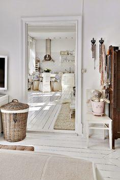 białe wnętrze, styl skandynawski, wiklinowy koszyk, ratanowy koszyk, sypialnia, drewniana podłoga biała