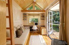 Avec le désir de vivre simplement, Vina Lustado s'est construite une petite maison de 13m2 que l'on aime beaucoup chez La Maison VALOISE : un coin bureau clair et spacieux, propice à l'inspiration! À découvrir en photos!