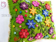 almohadones bordados a mano - Google Search Linda combinacion con el color verde de fondo.
