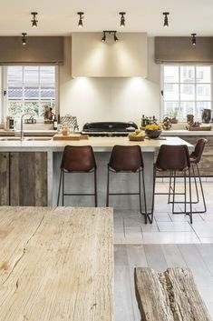 Modern Eat-In Kitchen Ideas (Kitchen design ideas in Decoration, Lighting, and Remodeling for eat-in kitchen style) Kitchen Interior, Kitchen Decor, Kitchen Ideas, Kitchen Walls, Kitchen Units, Eat In Kitchen Table, Open Concept Home, Küchen Design, Design Ideas