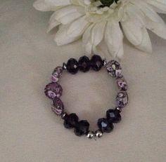 Preciosa pulsera con cristales y piedras en tonos violeta.