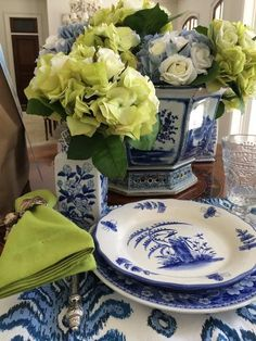 Color crush- blue and green - The Enchanted Home White Table Settings, Beautiful Table Settings, Place Settings, Blue And White China, Blue China, Blue Green, Dresser La Table, Enchanted Home, White Dishes