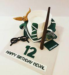 Happy Birthday Heval☄ @daydreamscakes #daydreamscakes  #harrypotterpasta #harrypottertorte #harrypottercake #slytherin #zauberstab #sihirbazdeynegi #kakaoteig #kakaokek #cikolataganajkrema #schokoldenganachfüllüng #sugarart #sugarcraft #sugarcakes #cakeart #cakedesign #caketopper #ganache #fondant