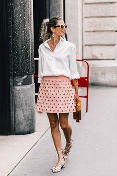 Helena Bordon. Saia de ilhós rosa millennial e camisa.