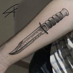 Tatuadora Luana Xavier Tatuagem de faca em pontilhismo e hachuras/  knife tattoo on pointillism and hatches