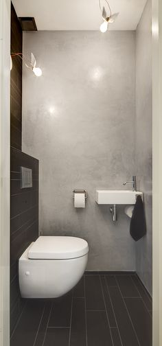 This small bathroom is designed efficiently thereby created a great effect. The bathroom is equipped with all facilities: toilet, sink, shower and storage. #bathroomdecorideaas #bathroomsets
