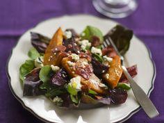 Salat mit Kürbis, Roter Bete und Schafkäse - smarter - Zeit: 55 Min. | eatsmarter.de eatsmarter.de #eatsmarter #rezept #rezepte #kuebis #hokkaido #herbst #hauptspeise #rotebete #schafskaese #salat