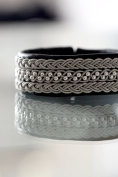 Lindas armband: Mellanbrett tennarmband med silverpärlor och treflätor Diy Jewelry, Jewlery, Jewelry Accessories, Thread Jewellery, Bangle Set, Leather Jewelry, Anklets, Macrame, Rings For Men