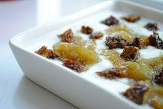 Vanillet kompot af grønne rabarber og karamelliseret rugbrød samt yoghurt