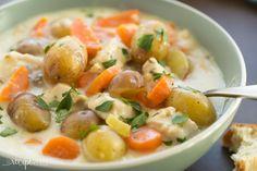 Ce ragoût de poulet parmesan à l'ail en cuisson lente deviendra certainement votre nouveau repas préféré pour vous réconforter l'hiver! ce plat copieux et crémeux à saveur de fromage déborde de légumes! la cuisson à la mijoteuse en fait un repas facile pour un soir de semaine.