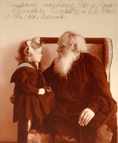 Tolstoj, hier met zijn kleindochter Tatjana, zet Wagner, de late Beethoven, Baudelaire en ook Shakespeare weg als oplichters.