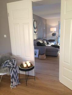 Einblick! | SoLebIch.de - Foto von Mitglied Kati87 #solebich #interior #einrichtung #inneneinrichtung #deko #decor #weihnachten #christmas #advent #Weihnachtsdeko #christmasdecor #adventsdeko #adventdecor #altbau #oldbuilding #beistelltisch #occasionaltable #flügeltür #doubledoor #sofa #couch #wohnzimmer #livingroom #lounge #parlor