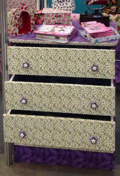 Cômoda recuperada e decorada toda com tecido algodão e feltro ( no interior das gavetas) autocolantes Facinos.