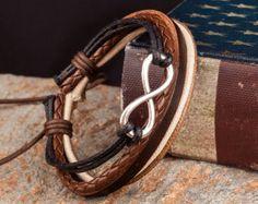 Esta pulsera de cuero para hombre elegante es perfecta para vestirse o añadiendo un poco de refinamiento a un atuendo casual. La combinación de cuero negro y marrón con los granos ovales de plata dará un aspecto terroso y sofisticación. La combinación de un color atemporal, esta pieza versátil hace un gran regalo.  Tamaño: La pulsera es de aprox. 8,6 de largo y 1/2 ancho Cabe muñeca 7-7.7  Ver todos nuestros individuales cuero pulseras aquí: http://etsy.me/26C940q Nuestra ...