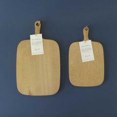 """カッティングボード 木製 (チェスナット/栗)  国産の木で一つ一つ手作りされたカッティングボード お料理だけでなく、トントントントン♪ナイフがボードに当たる音も楽しんでみませんか? 水にも強く、耐朽性が高いことから、古くから住宅の土台、汁椀などでも使用されていた栗の木を使用 また栗の木は、一年使うと「繰り回し」が良くなると言われ、縁起が良いとされているので""""ちょっと珍しい""""結婚祝いや引越し祝いにも喜ばれる一品  サイズ/(L)幅20×厚さ2×縦25cm(ハンドル8cm)      (S)幅16×厚さ2×縦20cm(ハンドル6.5cm)"""