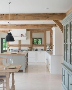 How to get a 'British Country Kitchen' (Even if you Don't Li.- How to get a 'British Country Kitchen' (Even if you Don't Live in the Country) Country Kitchen Farmhouse, Country Kitchen Designs, Shabby Chic Kitchen, Barn Kitchen, Farmhouse Decor, Kitchen Modern, Countryside Kitchen, Country Kitchen Island, Modern Country Kitchens